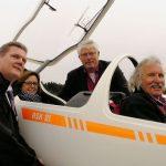 v.l.: Stefan Klett, Ute Schäfer, Gerd Welland (Vorstand Segelflugschule Oerlinhausen) und Hubs Huttel